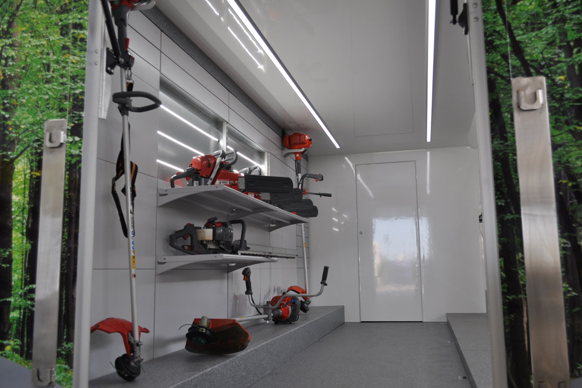 interno veicolo showroom CVS