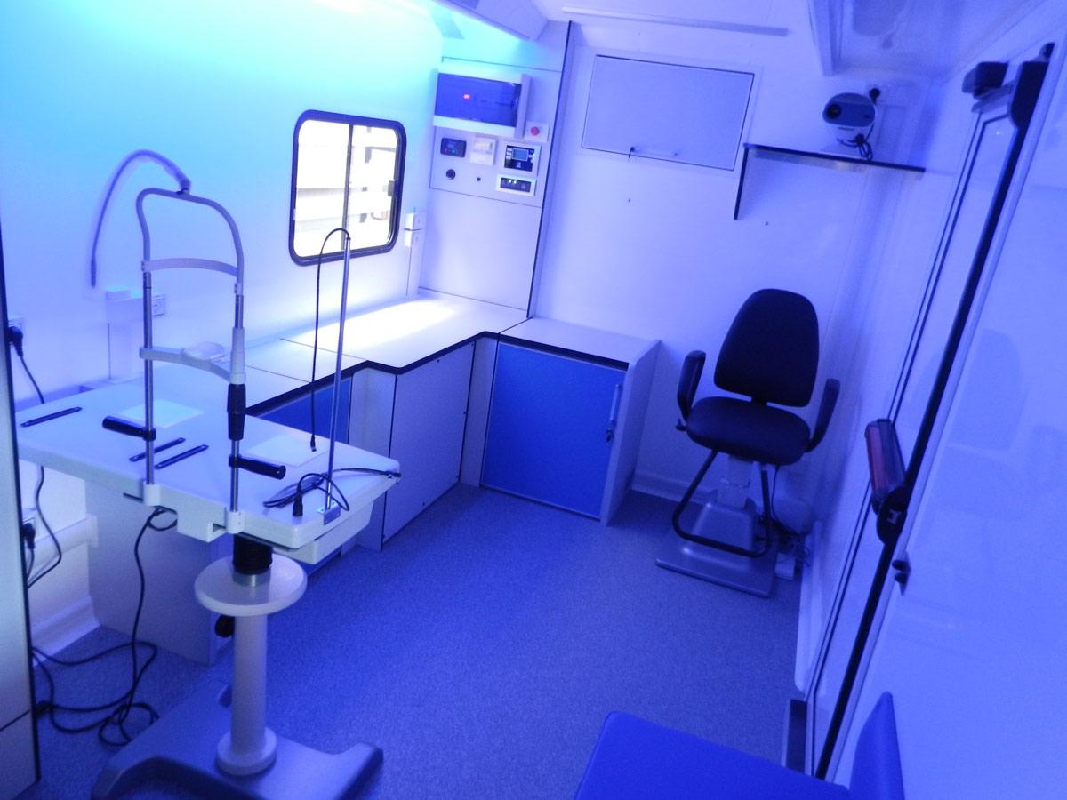 cvs-realizzazione-autoveicoli-mobili-ambulatori-oftalmici-interni-del-veicolo3